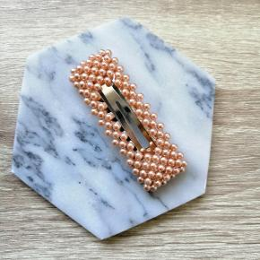 Perlehårspænder. Måler ca. 7 cm.   1 STK. 30 KR.   Plus porto.   Porto er 10 kr med postnord via MobilePay.  Porto er 33 kr med DAO via Trendsales.   Fast pris, bytter ikke 😀  Se også alle mine andre annoncer med smykker og hårpynt og accessories. Glæder mig til at handle med dig 😀🌺    Perlespænde perle perlespænder perler Spænder spænde hårpynt accessories Hårclip hårbøjle hårspænder smykker hårspænde Hårpynt perlehårspænde accessorie accessory Hårklemme Hårclips Hår Smykke trend Klemmer Clips Barette