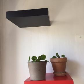 Hylder fra Ikea 6 stk. 1 rød, 5 sorte  Afhentes hurtigst muligt