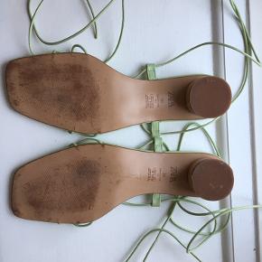 Sandaler med snørre og lille hæl fra Zara. De er ikke brugt meget, men der er mærker under dem og lidt sorte mærker på sålen i sandalen.