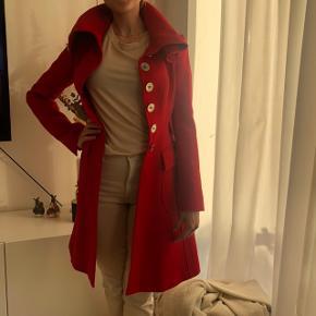 Flot rød frakke med sølvknapper fra Karen Millen - i rigtig god stand. Kun brugt få gange til finere arrangementer. Størrelse UK 6/34.