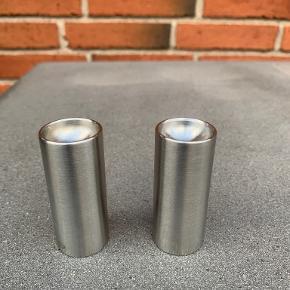 Stelton AJ Cylindaline salt og pebersæt i stål . Med originale plastpropper i bunden. Højde 6,5 og diameter 2,7 cm. Maget fin stand. Pris kr 190 kr (nypris er 3-400kr)
