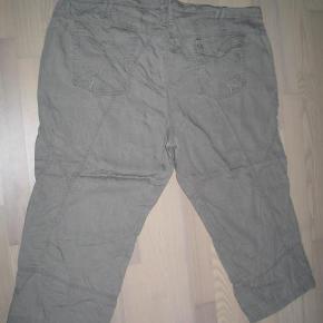 Varetype: Piratbukser Farve: Beige  Lækre piratbukser, ved ikke om de er Beige eller har en grøn nuance