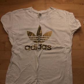 T-shirt købt i udlandet med Adidas Logo på i guld.