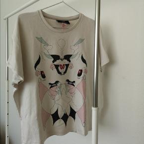 H&M, Minju Kim Collection,.  Rigtig fed t-shirt med print både bagpå og foran 👈, stoffet er tykt så den er også oplagt til de køligere vinter perioder 💙