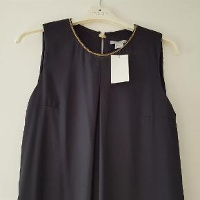 Varetype: Den smukkeste nye kjole Farve: Mørkeblå Oprindelig købspris: 180 kr.  Smuuukk kjole stadig med mærke på..  Den har to lag og er super behagelig at have på.  70pp eller bytte