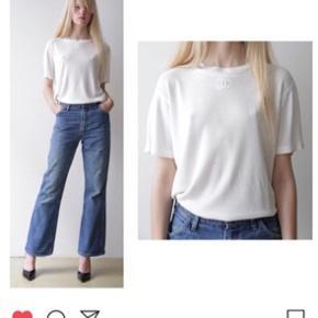 Smuk vintage Chanel t-shirt sælges (passer en S og M - ingen størrelseslabel i længere). Den er købt i Jerome Vintage til 1650kr, og jeg sælger den til selvsamme pris.