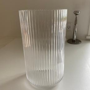 Lyngby vase i klar glas, højden er 38 cm. Vasen er i super flot stand og fejler ingenting, har kun stået til pynt uden blomster i. Nypris er 1600 kr.  Sendes ikke da den er for tung.