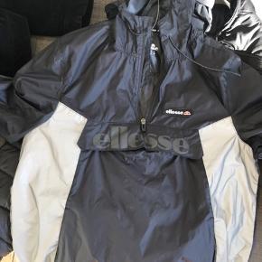 Ellesse anorak jakke windbreaker. Sort. Med hætte. Reflective. Ny pris 600kr fra zalando. Skriv hvis spørgsmål eller andet