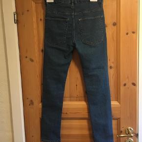 Varetype: Jeans Farve: Blå  Skinny fit jeans som næsten ikke er brugt.   Kan sendes med DAO for 35 kr. Du er også velkommen til selv at hente, når det passer dig😊