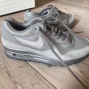 Skoen er str. 37,5 - har et metalic skær