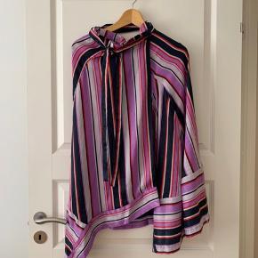 Vila nederdel i navy, lilla og rød. Sælger også skjorte som matcher.