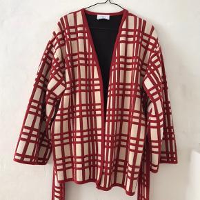 Så fin jakke, blazer el cardigan fra zara. Den er oversize så en str m vil også fitte den. Bliver lukket med bindebånd eller bruges som stående åben. Flot udover en sort kjole.