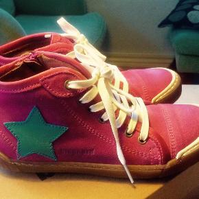 """Varetype: Læder sneakers Farve: Pink Oprindelig købspris: 700 kr.  Super fede sneakers, der desværre ikke passer """" damen""""..........aldrig brugt, kun prøvet på.  Mindstepris er 375 pp."""