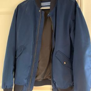 Fed jakke med billede på ryggen. Næsten ikke brugt. Den ser helt ny ud   Sendes eller afhentes i Brøndby.