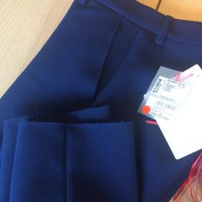 Rigtig lækre bukser med rå kanter ved lommer og buksebenets bund. Nypris 1800,- rigtig lækker kvalitet lavet i Italien.  It 40 svarer til en dansk 36.  Se også gerne mine andre annoncer. Giver mængderabat :-)