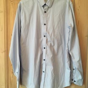 Smart skjorte fra selected homme slim fit i str 44/XL. Den er helt ny og har aldrig været brugt. Sælges for 125 kr
