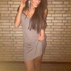 Speciel og smuk kjole fra Helmut LangStr S Brugt meget få gange - maks 3 gange   Farve: grå/brun