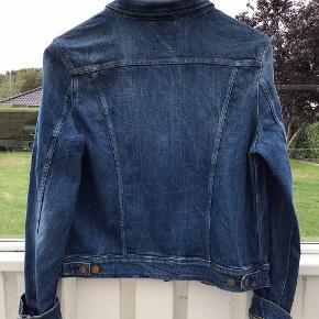 Lækker cowboyjakke fra Lee Brugt få gange og fejler intet Modellen hedder SLIM RYDER  JEG BYTTER IKKE  Sælges for 400kr