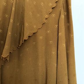 Sælger denne fine vintage Valentino skjorte i silke. Størrelsen passer en XS-lille S, der er ingen tag i den da det er et sample piece. Den er købt i Paris, og fik af vide at den ca. er fra slut 1980'erne. Bytter ikke!! Kan mødes i indre Kbh ellers betaler køber fragt