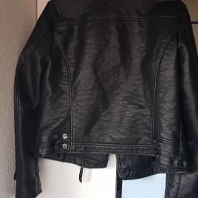 Imiteret læder jakke, str 14 der svarer til en 42. Den har et varmt indvendig fore. Frakken er købt i magasin og er kun prøvet på, ellers har den været gemt i skabet.