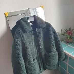VARM teddy jakke fra weekday, brugt 1 sæson og fejler intet :) kom gerne med bud