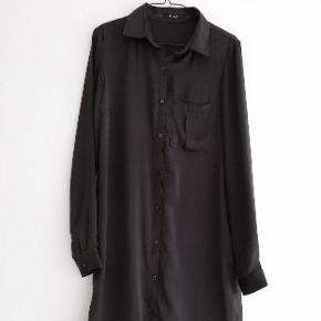 Sort kjole fra Vila i str. S Kjolen har knapper og en lomme foran Skjortekjole
