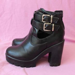 Lækre sorte støvler i str. 39, kender ikke til mærket, men disse støvler har jeg haft rigtig meget kærlighed til, men de er stadig i fin stand. De er gået lidt i stykker inde i den ene(kan ses på sidste billede), men intet der genere :)