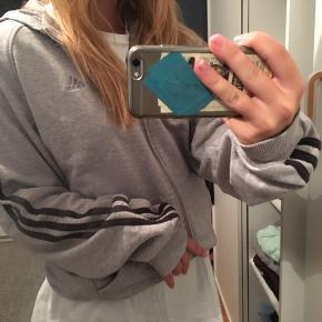 Sælger min Adidas hættetrøje da jeg aldrig bruger den mere. Jeg har brugt den et par gange men ellers ikke. BYD meget gerne:) str på hættetrøjen er L.