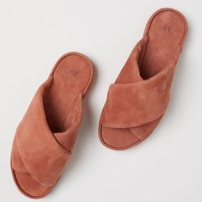 Sandaler i ruskind.  Køber betaler fragt og gebyr ved TS-handel