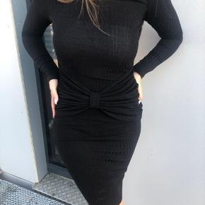 Sort glimmer kjole, passes af str. M/L, som ny