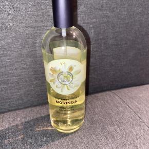 Parfume fra the Body shop MORINGA Body mist 100 ml. Brugt lidt under halvdelen.  Sælges billigt🌸   Skriv ved mere info Giver mængde rabat, tjek mine andre annoncer ud. Alt jeg sælger skal væk, vær ikke bange for at byde en pris🌸
