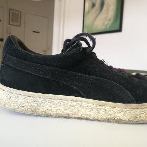 Sorte Puma Suede sneakers i ruskind.