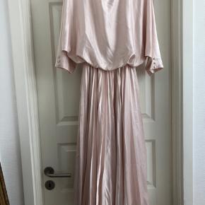 Metallisk baby pink vintage kjole med plisseringer. Virkelig yndig. 100% polyester, vil jeg tro. Den har et underskørt, så den har en smule volume til skørtet. Passer alt fra en 36-40.  Står ingen str i. Vil estimere den til en S/M.
