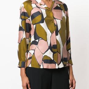 Jeg overvejer at sælge denne smukke silkeskjorte fra Marc Jacobs, men kun hvis jeg får 1000kr for den. Den er ny og kun prøvet på, men jeg har så meget tøj.  Jeg bytter ikke, respekter venligst dette. Samtidig betaler køber gebyr ved tshandel (sælger og køber)  Nypris: 3099,-  Materiale: 100% silke Mål:  Skulder: 44 cm (88 cm) Længde: 65 cm (målt bagpå)