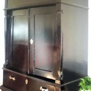 Flot sortmalet skab med 2 skuffer og i skabssektionen er der en hylde. Gamle beslag og tilhørende nøgle. Toppladen kan trænge til måling.