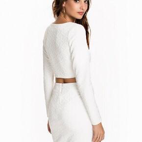 Smukt Hvidt sæt med mønster i designet fra Nelly . Str Xs, ubrugt stadig med prismærke.  BYD :-)