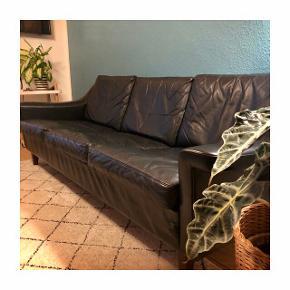 Mega fed retro Sofa i læder. Flot patina, men ingen huller. Ca 2 meter lang. Sælges kun fordi jeg får en ny. Hentes i 6000, Kolding på 1.sal.