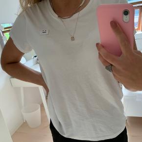 Sælger denne Acne t-shirt.  Blusen er brugt men i rigtig fin stand Det er en str Xs, men svarende S-M, eftersom det er herre modellen