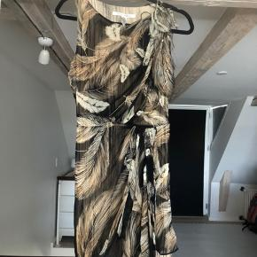 Knee long dress in silk with beige brown feather print. Size US 4, European Small