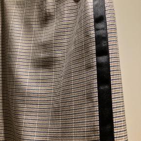 Lækker nederdel i moderne farve fra Gestuz  Str. 42/str. L Brugt kun et par timer derfor beskrives som aldrig brugt😊  Hvis du er interreseret i den nederdel,sender jeg gerne nøjagtige mål og flere fotos.  Oprydningssalg, tages ikke retur, pris plus fragt