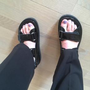 Sælger disse lækre Chanel sandaler str 39, som er meget svære at få fat på. De kan også passes af 39,5. Jeg garantere 100% for ægtheden af dem, de har også nummer i (ses på sidste billede)  Har dog ikke længere kvitteringen eller kassen da jeg ikke kunne have det hele med hjem fra udlandet. De er købt i Paris.   Jeg tillader mig ikke at sælge , hvis prisen jeg ønskede ikke opnås.