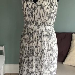 Rigtigt lækker sommer kjole. Står str 6 i den.