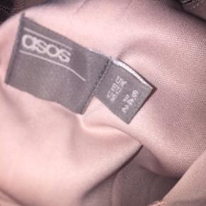 Kjole fra Asos, brugt kun 1 gang. Nyprisen var omkring 300.