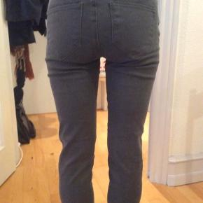 Day Birger et Mikkelsen jeans. De er aldrig brugt, da de desværre er for store til mig (det er mig, der har dem på på billederne). Grå.  Jeg tror, de hedder Blue, og style-nummeret er 2131 724 548 :) Der er 2 % elastan i og 98 % bomuld.  Livvidden er ca. 75, når de er lukkede og ikke strukkede.  Jeg har også mange andre jeans fra Day i nogenlunde samme størrelse til salg :)  Se også mine mange andre annoncer med lækre mærkevarer, vintage og andre fine ting til gode priser. Der er ekstra gode priser, hvis du køber flere af mine varer :)  Varen er i Blovstrød på Nordsjælland.