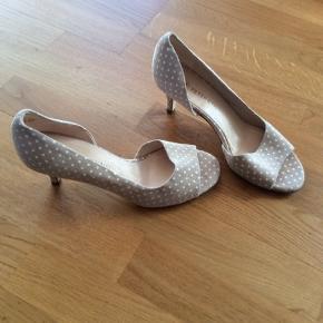 Peter Kaiser sko str. 38, beige med hvide prikker. I nubuck skind. Indvendigt mål 24,5 cm. Hælens højde 6,5 cm. Er brugt en enkelt gang.