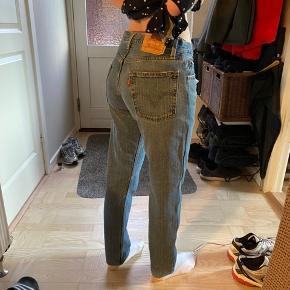 Jeg har købt disse vintage Levis jeans, dog er de for små, så de er dermed ikke brugt. De svarer til en str. 26-27 i livet og er 30 i benlængden. Buksen er en lavtaljet model. Modellen på billedet bruger normalt xs, og de er lidt til den store siden, så passes bedst af en S, eller en xs med bælte.  Farven er tilsvarende sidste billede.
