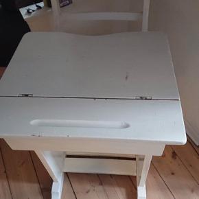 Charmerende skolepult sælges.   Opbevaringsplads nede i bordet, kan justeres så bordpladen er plan eller skrå.