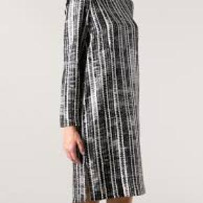 Flot kjole i 100% silke Nypris 2500,- Brystmål 104 cm Længde 101 cm