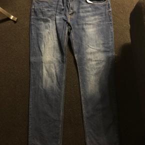 Disse bukser er kun prøvet på og fremstår derfor i virkelig god stand. De er 38/34 i stretch straight fit og derfor virkelig komfortable at have på.