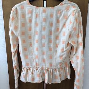 Smuk jakke fra Stine Goya. Har et lille hul bagpå, der kan syes. Resten af standen er næsten som ny